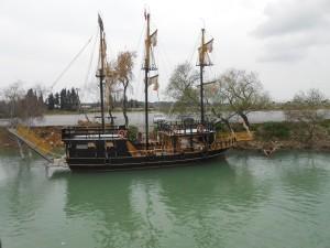 """Masser af """"piratskibe"""" på floden"""