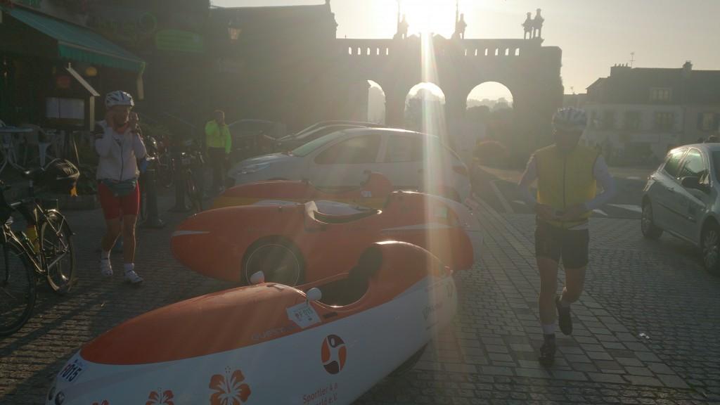 Sizun. PBP 2015 Velomobil parkering og morgenmad