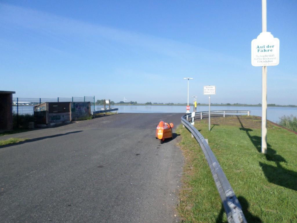 Venter på første færge ved Weser floden