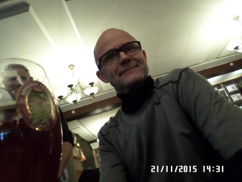 Han kigge dybt i glasset